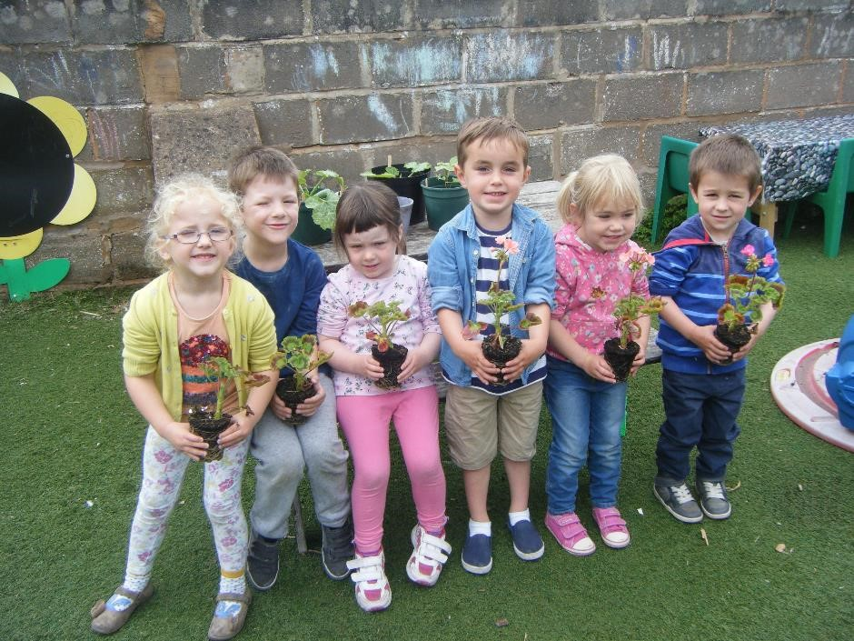 Children at Withycombe Raleigh Preschool ready to plant
