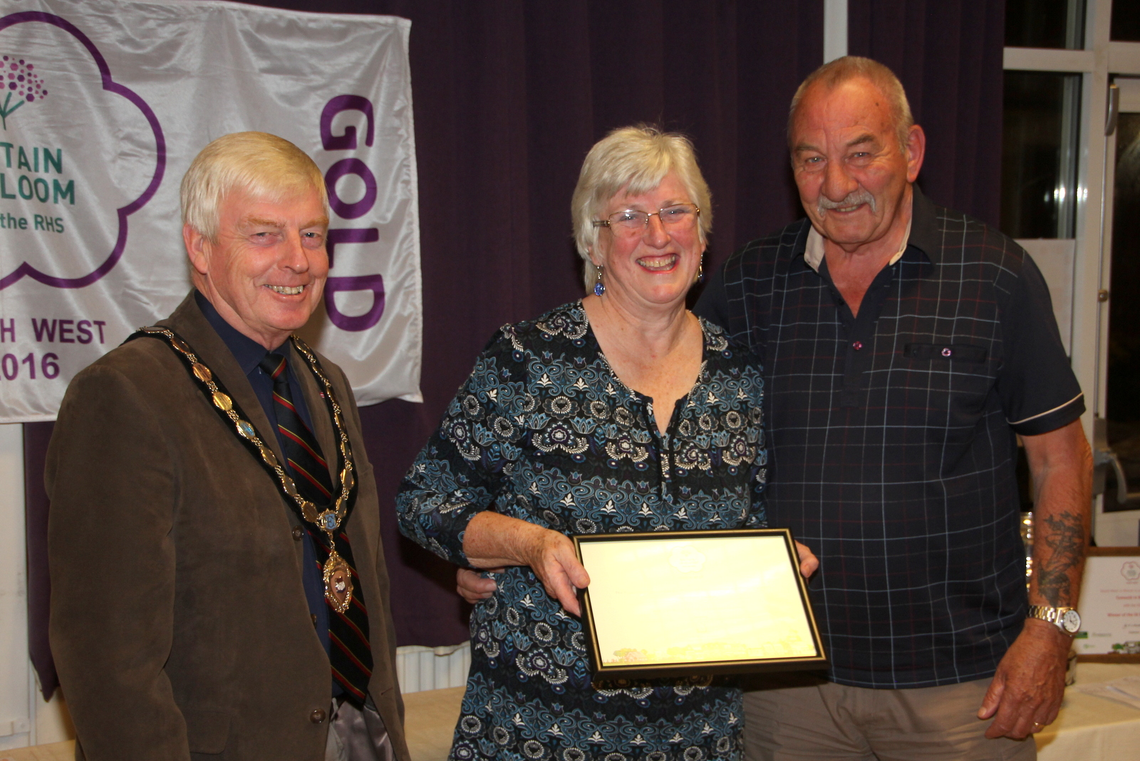 John & Lyn Rockey with 'thriving' Neighbourhood award for The Hollows